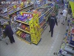 Policisté zveřejnili podobu neznámého muže zachyceného na kamerových záběrech a žádají veřejnost o pomoc.
