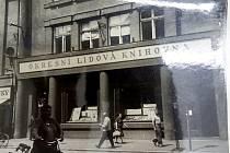 Knihovna  před desítkami let sídlila sice stále na Palackého třídě, jako je tomu dnes, ovšem o několik desítek metrů výše. Poznáte, o kterou z dnešních budov se jedná? Ano, v současné době sídlí v někdejší knihovně Moneta Money Bank.
