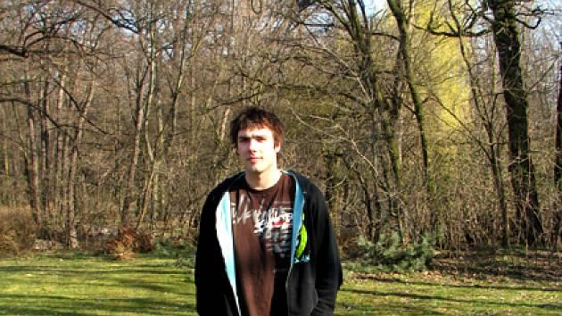 Jiří Jelínek bydlí v Nymburce kousek od haly. Hned u svého domu má basketbalový koš. Možná kdyby si chtěl zaházet...