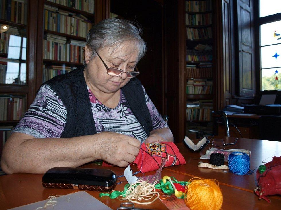 Paní Šindelářová při vyšívání první krajky, než onemocněla.