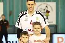 Sedm set. Tolik zápasů odehrál už v nymburském dresu basketbalista Petr Benda. Upomínkový dres mu předávali synové.