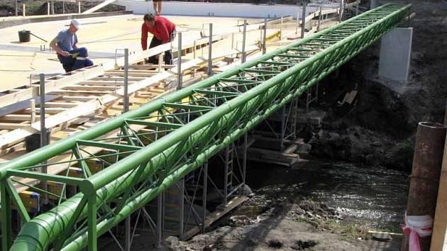 Oba břehy Mrliny v Nymburce už spojuje nový most