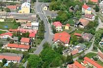 Letecký snímek Opočnice, kterou čekají mimořádné volby.
