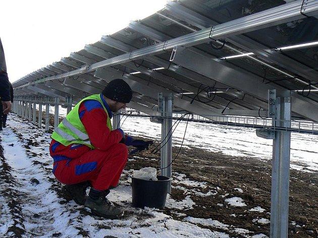 Pole u Velelib pokrývají fotovoltaické panely