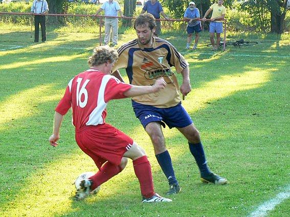 Na snímku o míč bojují střelci branek. Za Rožďalovice se trefil Josef Hrodek (vpravo), za Kouřim mířil do černého Jan Břečka .