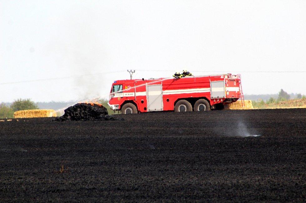 Požár pole s obilím u Rašovic.