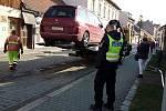 Zaměstnanci technických služeb mají při strojním čištění ulic  k ruce odtahovou službu.