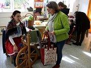 Ukázku řemesel navštívily v sobotu v Krchlebech stovky zájemců.