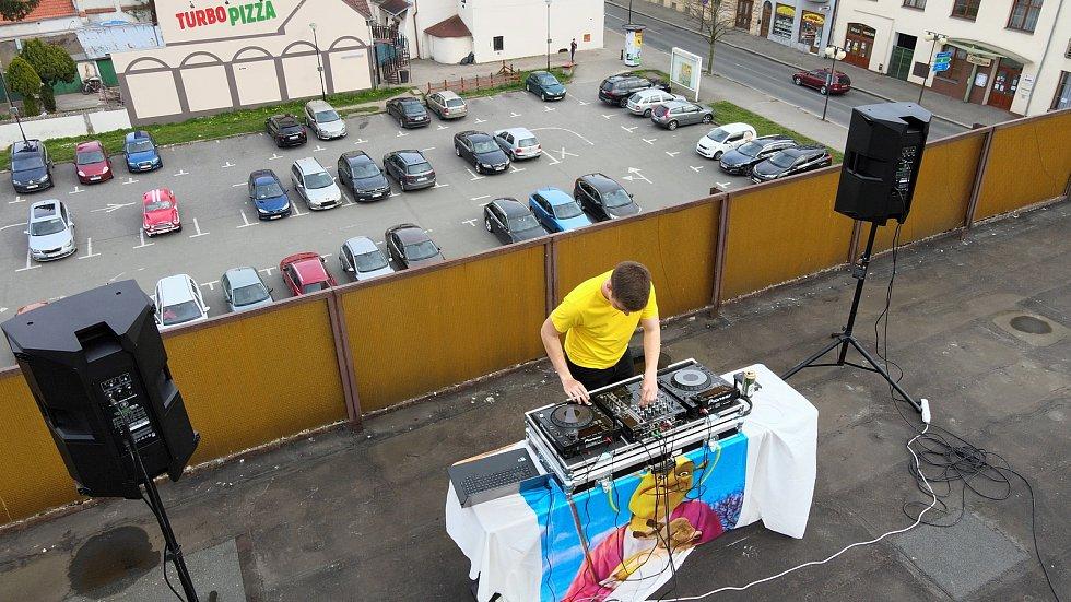 Prvomájový disco a house set Diskžokeje Kobe ze střechy poděbradského obchodního domu.