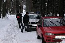 V lese u Patřína našel lesník mrtvého muže v osobním autě.
