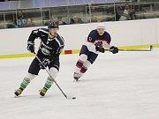 Hokejisté Poděbrad (v bílém) doma vyhráli nad rezervou Mladé Boleslavi a vyhnuli se poslednímu místu a baráži.