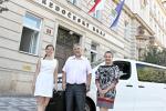 Vůz převzali zástupci knihovny před budovou krajského úřadu.
