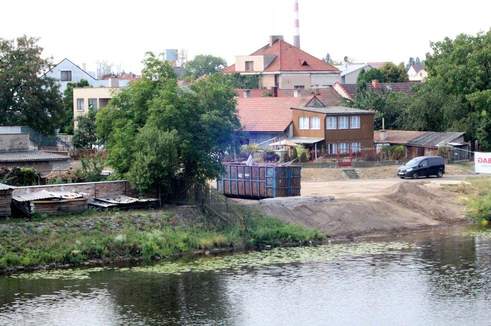 Během středy se už jen likvidovala suť na břehu pod Eliškou, potápěči kontrolovali dno. Poblíž stály hasičské tanky, které svoji práci zvládly ještě v úterý večer.