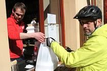 Restaurace U Gregorů v Nymburce prodávala jídla i nápoje z okénka s sebou.