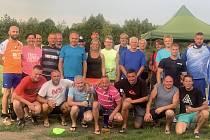 Účastníci nohejbalového turnaje ve Všechlapech