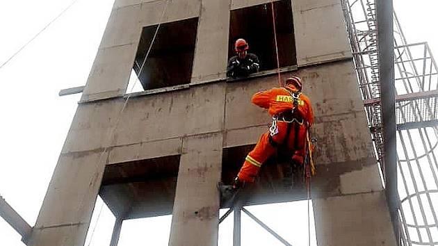 Při výcviku měli hasiči větrné počasí.