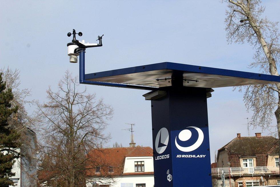 Nová dobíjecí stanice pro elektrokola poblíž budovaného bistra U Lupiče v Poděbradech.