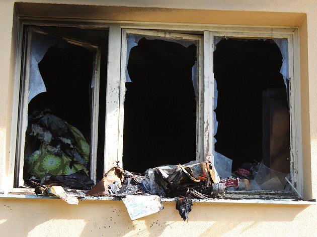 V tomto bytě vypukl ve středu večer požár, který se podařilo velmi rychle zlikvidovat. Obyvatel bytu vyskočil tímto oknem ven.