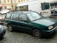 Vrak Volkswagenu na snímku stojí v nymburské ulici Na Přístavě už více než rok. Má poničené blatníky, zpětná zrcátka i proraženou gumu.