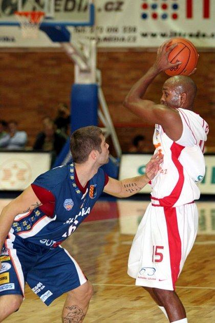 Basketbalisté Nymburka hrají dnes s Pardubicemi