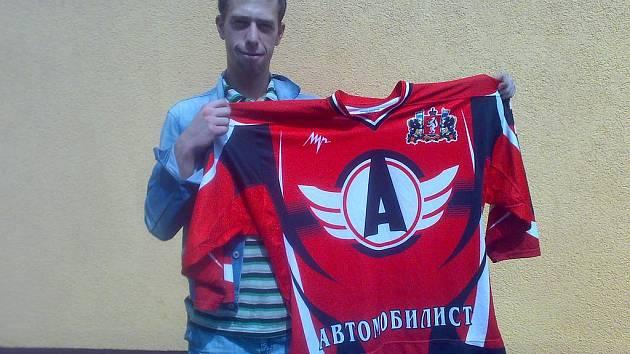 Zdeněk Rückl s dresem týmu Avtomobilist Jekatěrinburg, který dostal od hráčů na památku.