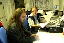 Kontrola hlasů a následné sčítání z novinových kuponů (vlevo Lukáš Trejbal, vpravo Milena Jínová). Těch přišlo 210.