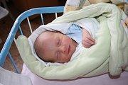 FILÍPEK JE PRVNÍ. Filip DOLSKÝ přišel na svět 17. září 2015. A byl přesný, právě odbíjela třetí odpoledne. Klouček maminky Lucie a táty Martina ze Sojovic vážil 3 100 g a měřil 49 cm. Kdyby byl holka, jmenoval by se Nikola.