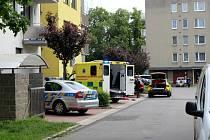 Muž na Zálabí zřejmě vyskočil ze 4. patra. Na místě zasahovali záchranáři i kriminalisté.