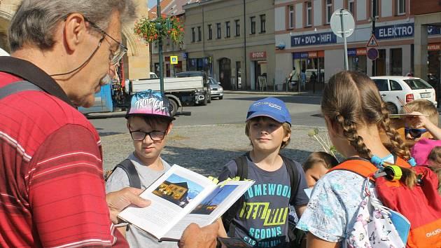 Děti se vydaly po stopách Bohumila Hrabala i se spisovatelem Janem Řehounkem.