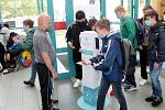 Návrat žáků druhého stupně do školy. Někteří školáci ze ZŠ Tyršova v Nymburce z toho příliš nadšení nebyli.