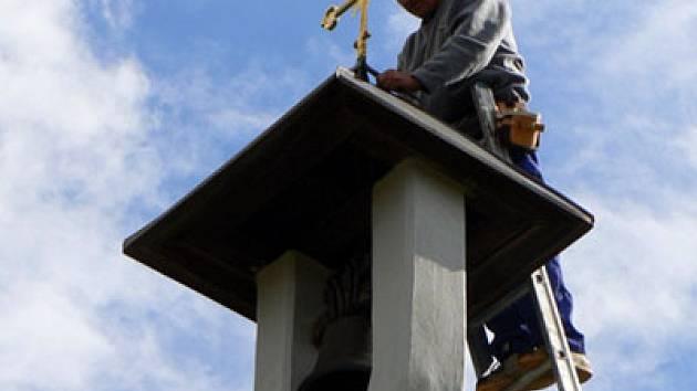 Na zvoničku v Břístvi se vrátil vysvěcený křížek.