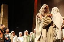 Opera Nabucco pod širým nebem letos zazněla na zahradě zámku Loučeň.