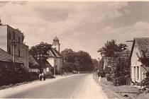 Kostelní Lhota s kostelem vlevo.