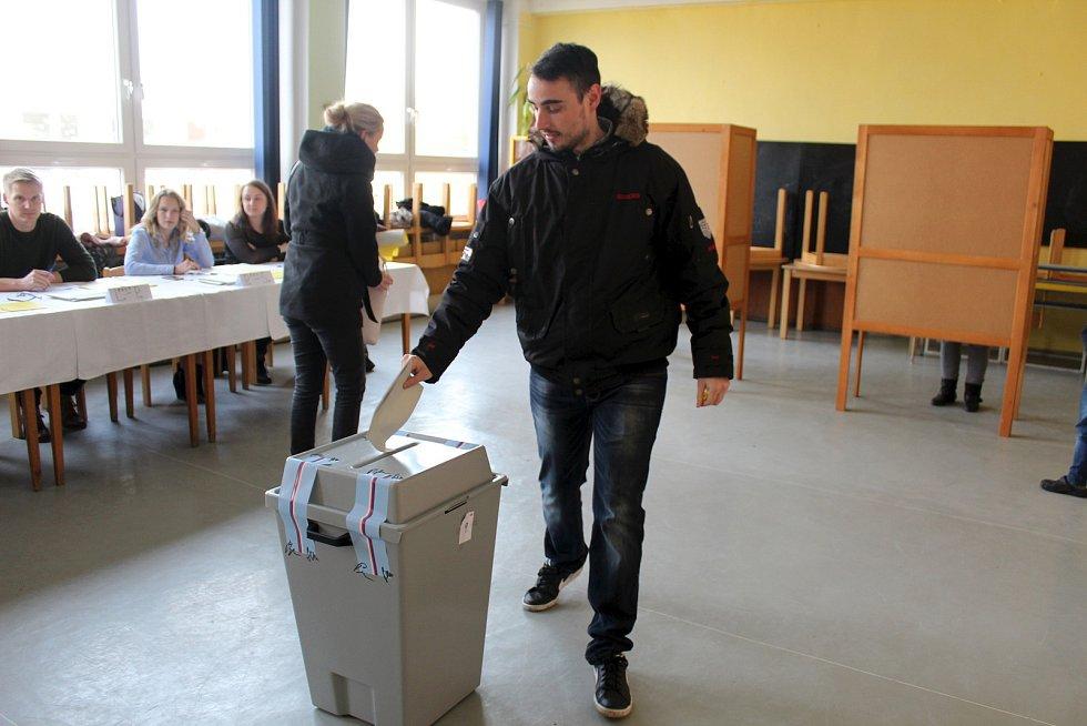 Hned po otevření bylo na Základní škole Letců RAF na nymburském sídlišti živo. Volební místnosti a školní chodby byly v obležení hlasujících.