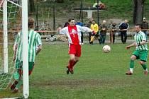 Fotbalistům Ostré (v červeném) se na jaře nedaří. Prohráli oba zápasy. Naposledy nestačili doma na Bezno (2:4)