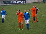 Derby vyhrály Poříčany. Fotbalisté Vykáně (v modrém) doma nestačili na celek Poříčan.