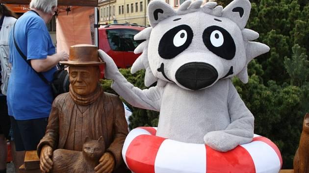 Lavička s Hrabalem na náměstí se stala atrakcí místních i turistů
