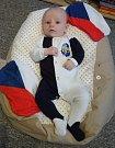 Dominik (3 měsíce) fandí doma v Kladně v obýváku v barvách domácího klubu.