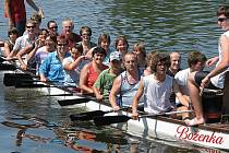 V Lysé nad Labem v sobotu oslavili Labe srandamačem dračích lodí, neobvyklými koupacími kostýmy a jedním netradičním plavidlem.