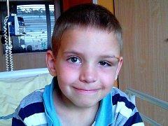 Míša je prostředním dítětem rodiny z Milovic. Vzácná nemoc vyžadující náročnou léčbu se mu v září vrátila.