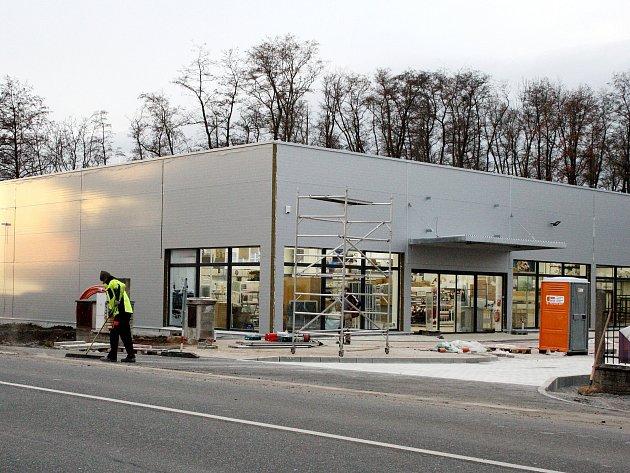 Hala nového obchodu roste v těchto dnech v Bílkově ulici v Poděbradech.
