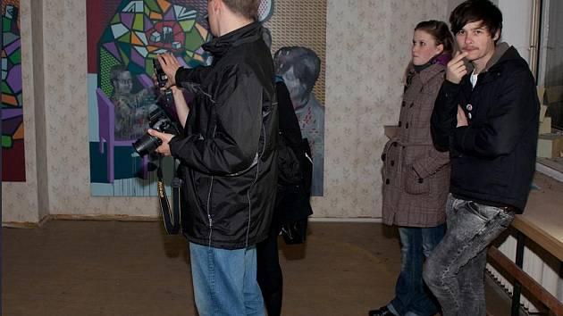Poděbraďák Jan Jean Kratochvíla vystavuje obrazy v ateliérech Opio na Žižkově.