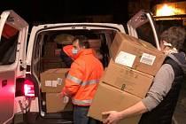 Dobrovolní hasiči z Pecerad přiložili ruku k dílu a celkem 450 tisíc roušek a dalších téměř 50 tisíc ostatních ochranných prostředků, jako jsou štíty a rukavice, mohlo začít odjíždět obratem tam, kde jsou potřeba.