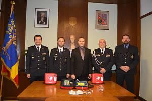 Tři defibrilátory policistům, hasičům a strážníkům v Čelákovicích předal starosta města Josef Pátek.