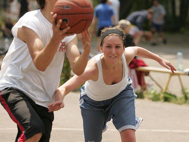 Mladí sportovci si streetballový turnaj pěkně užili.
