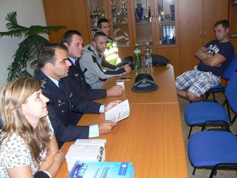 Setkání vedení policie, starostky a zachránců z Úmyslovic