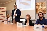 Novou knížku Klenoty středočeského pravěku představil v úterý v Praze tým Ústavu archeologické památkové péče středních Čech.