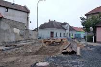 Řidiči se v Lysé vyhýbají rozkopaným ulicím ČSA a Mírová.