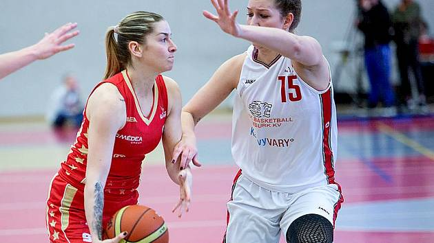 Obhájily. Basketbalistky Nymburka (v bílém) porazily v souboji o třetí příčku Slavii Praha 90:68 a mohly si na krk pověsit bronzové medaile. Stejně jako loni.