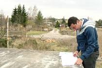 RADOVAN FARID s plány před pozemky kolonie a plánovanou silnicí.